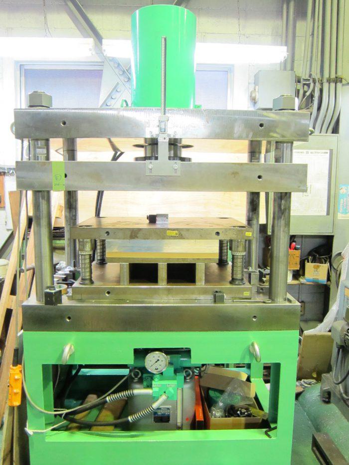 試作プレス用の油圧プレス装置300t